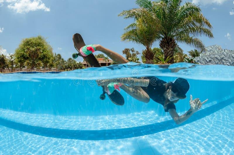 Skateboarding debaixo d'água imagem de stock