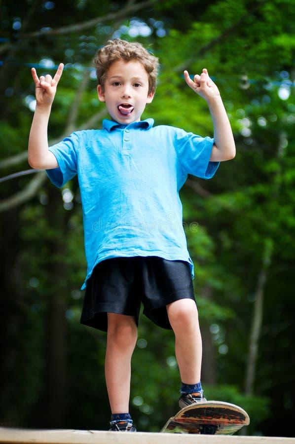 Skateboarding del muchacho foto de archivo