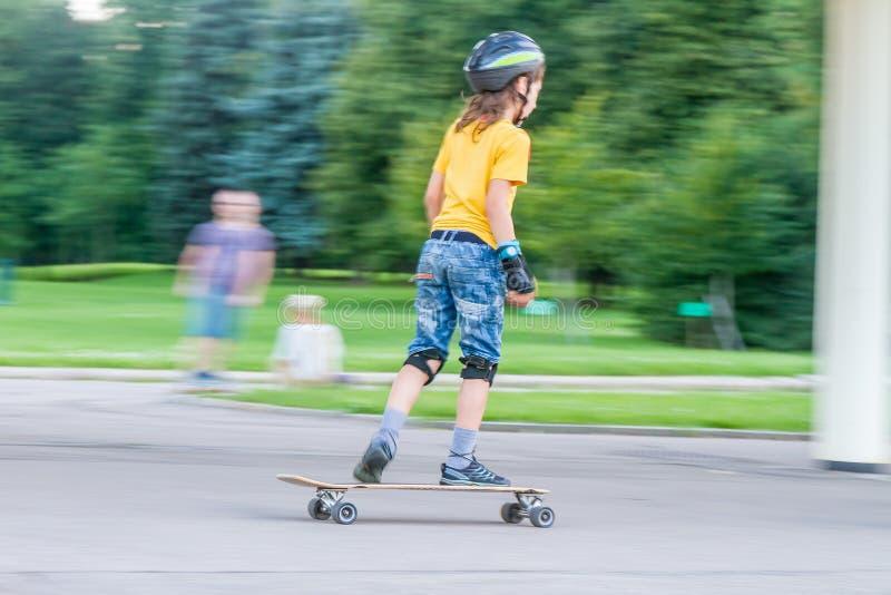 Skateboarding del ragazzo sullo sfondo naturale fotografia stock libera da diritti