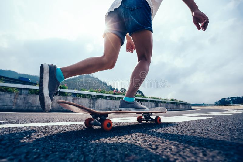 Skateboarding del skateboarder fotografia stock libera da diritti