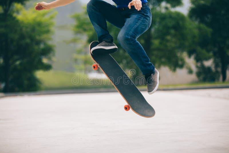 Skateboarding det fria för Skateboarder arkivbilder
