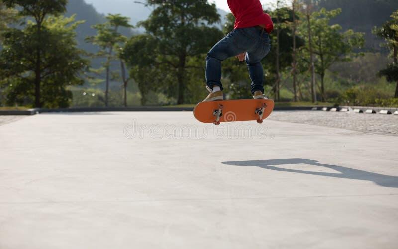 Skateboarding det fria för Skateboarder fotografering för bildbyråer