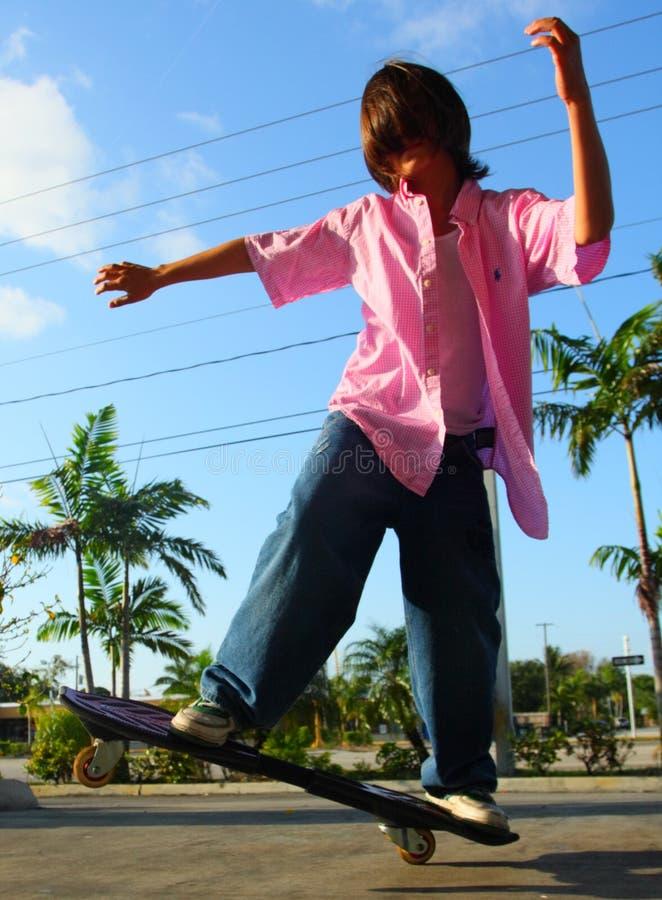 Skateboarding do menino fotografia de stock