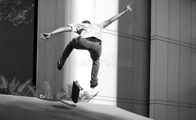 Skateboarding do menino na cidade de São Paulo, Brasil fotos de stock