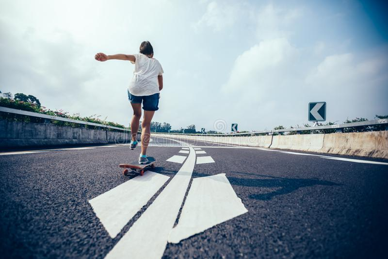 Skateboarding do skater fotografia de stock