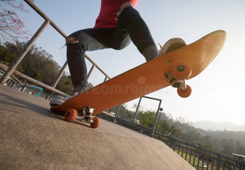 Skateboarding do skater foto de stock