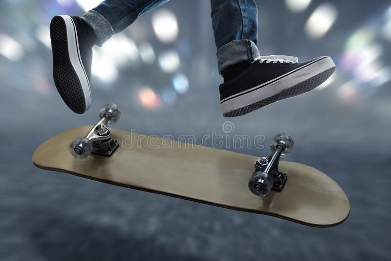 Skateboarding en la calle imagen de archivo libre de regalías
