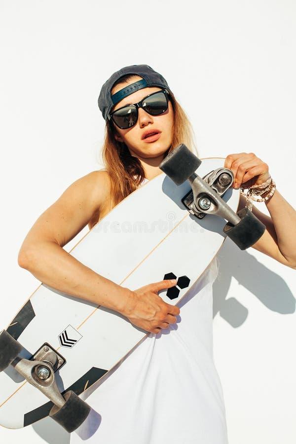 Skateboarding felice della ragazza immagini stock libere da diritti