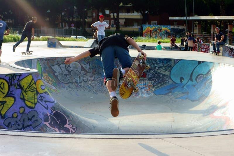 Skateboarding flyg- flyttning för Skateboarderpojke arkivbilder