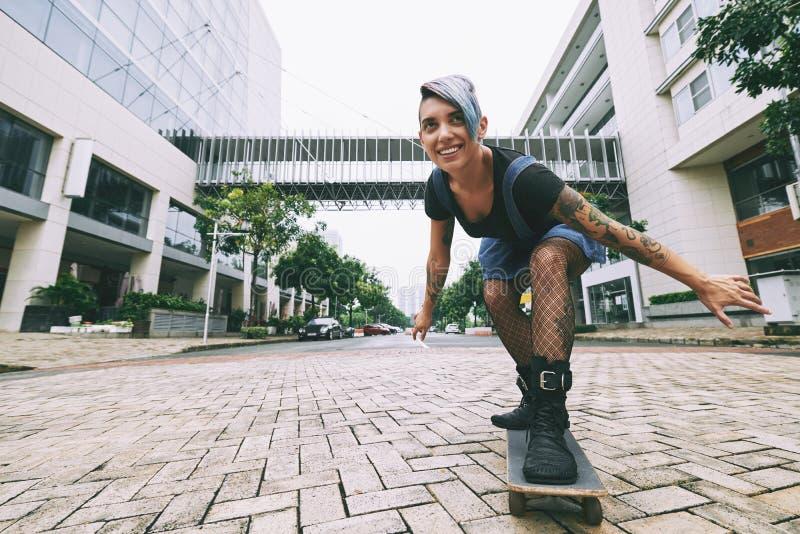 Skateboarding kvinna royaltyfria foton