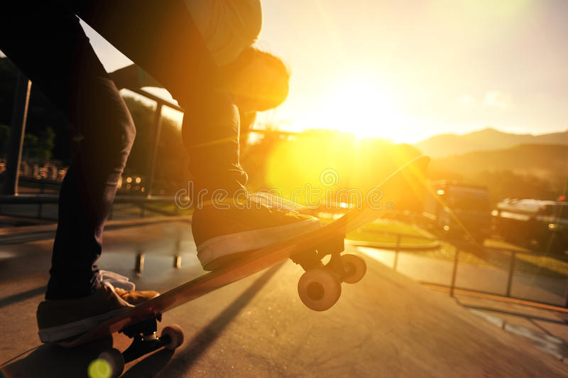 Skateboarding kvinna royaltyfri foto