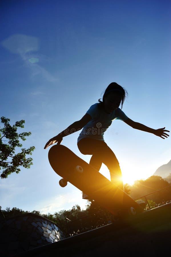 Skateboarding kvinna royaltyfri fotografi