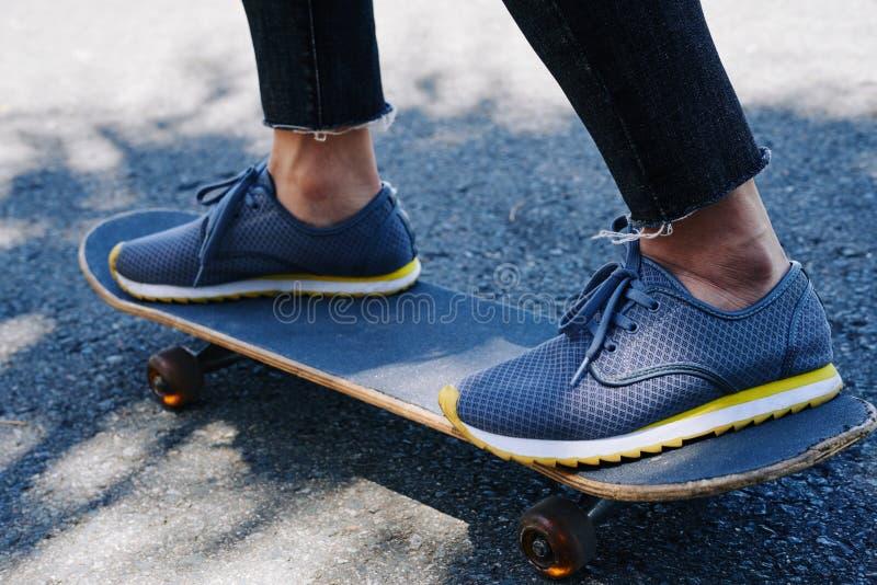 Skateboarding man royaltyfria bilder