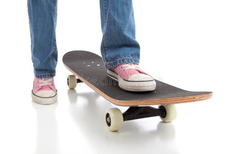 Skateboarding mit rosafarbenen Schuhen stockfotos