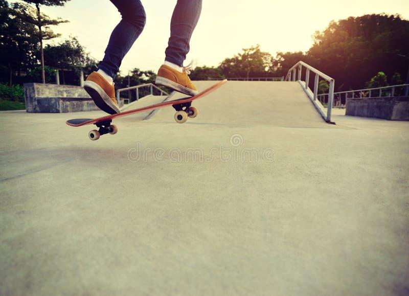 Skateboarding på en skateboard parkerar fotografering för bildbyråer