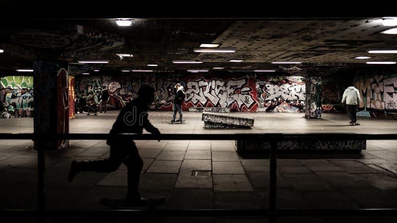 Skateboarding på skateparken, svart skugga arkivbild