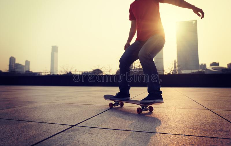 Skateboarding på soluppgångstaden royaltyfria foton