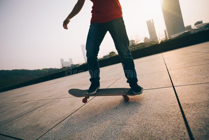 Skateboarding på soluppgångstaden royaltyfri fotografi