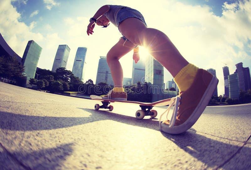 Skateboarding på soluppgångstaden arkivfoton