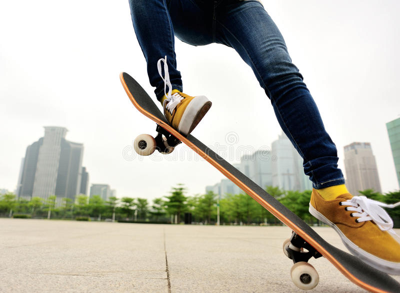 Skateboarding på staden royaltyfria foton