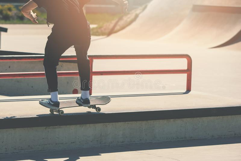 Skateboarding - skateboradåkarepojke som gör trick på skatepark royaltyfri foto