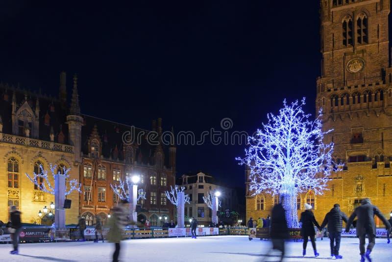 Skateboradåkare på jul i Grote Markt med Belfort royaltyfria foton