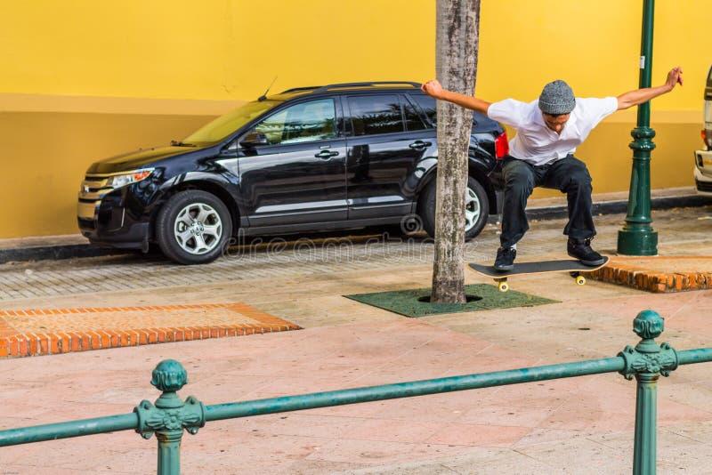 Skateboradåkare som gör trick sluttande 2 fotografering för bildbyråer