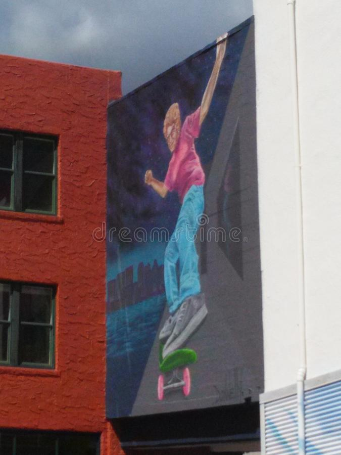 Skateboradåkarefarmorväggmålning arkivbild