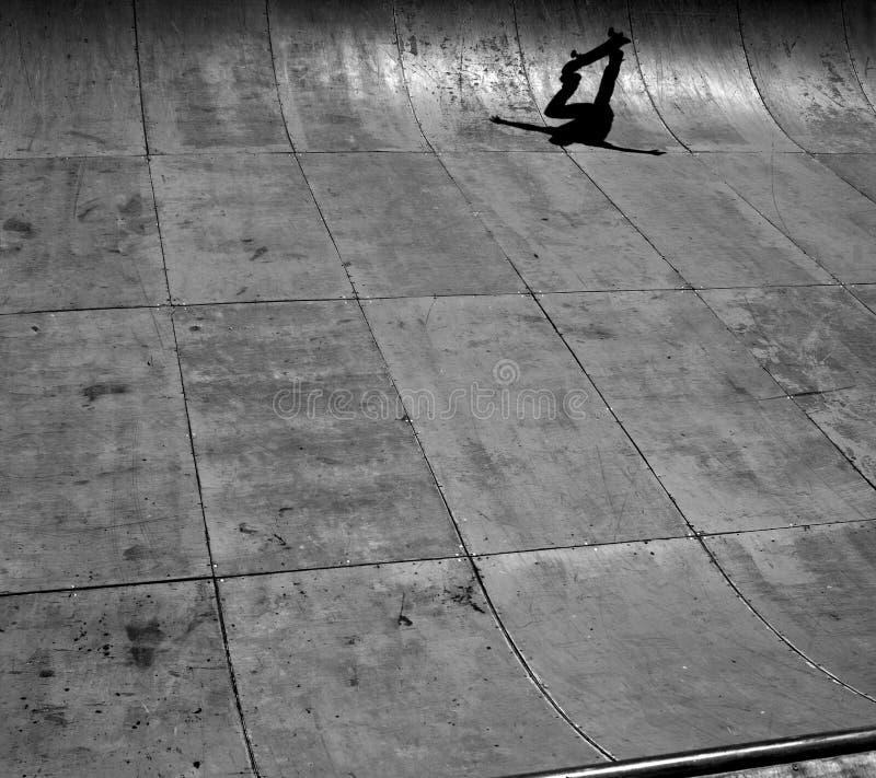Skateboradåkareskugga i skatepark Kalifornien arkivfoton