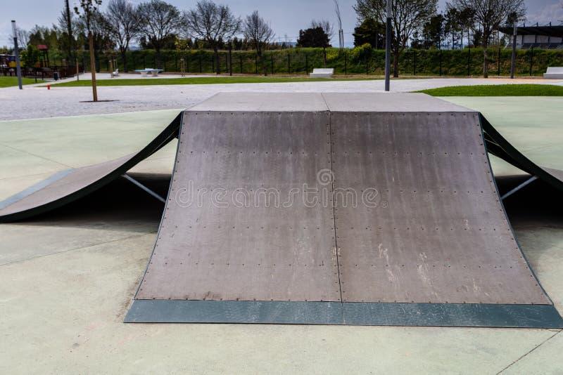 Skatepark al aire libre con las diversas rampas con un cielo nublado fotos de archivo libres de regalías