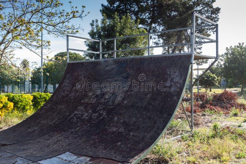 Skatepark al aire libre con las diversas rampas con un cielo nublado foto de archivo libre de regalías
