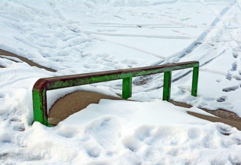 Skatepark en hiver avec la neige image stock