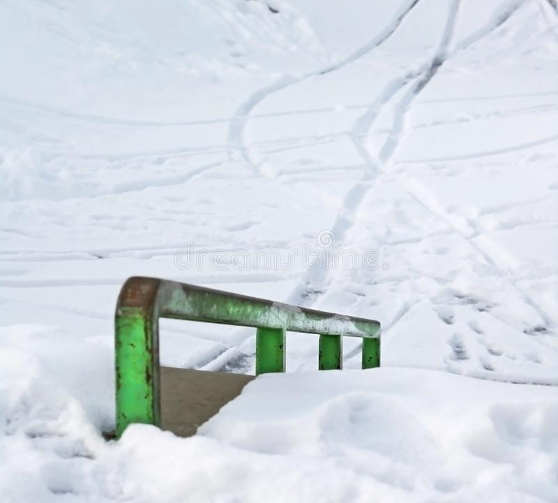 Skatepark en hiver avec la neige photo stock