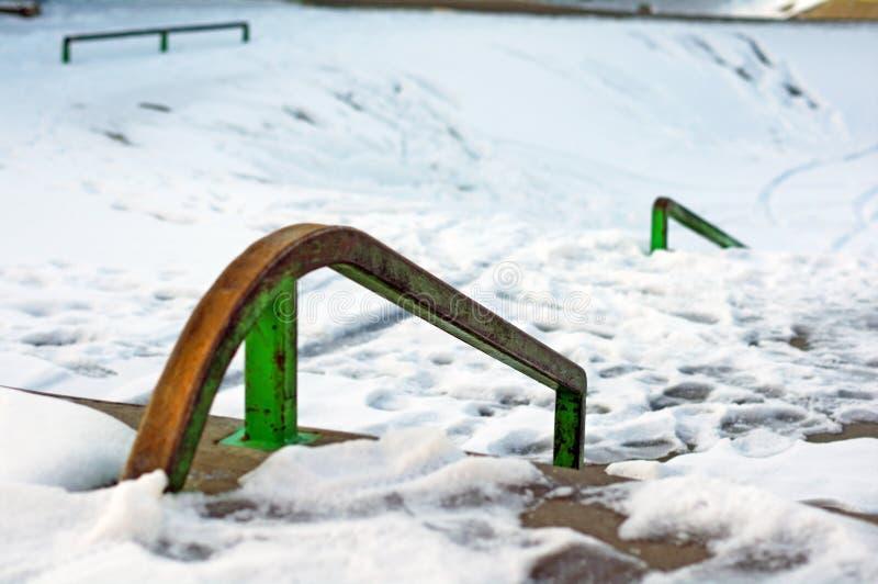 Skatepark en hiver avec la neige image libre de droits