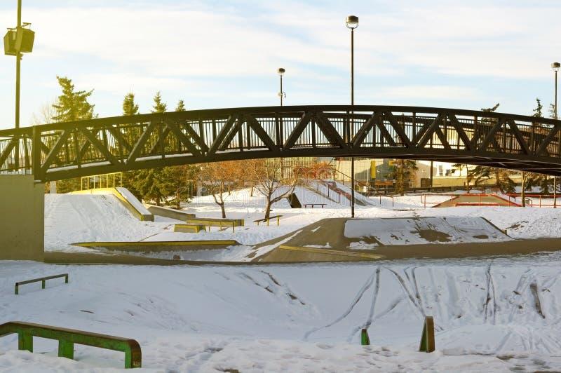Skatepark en hiver avec la neige photos libres de droits