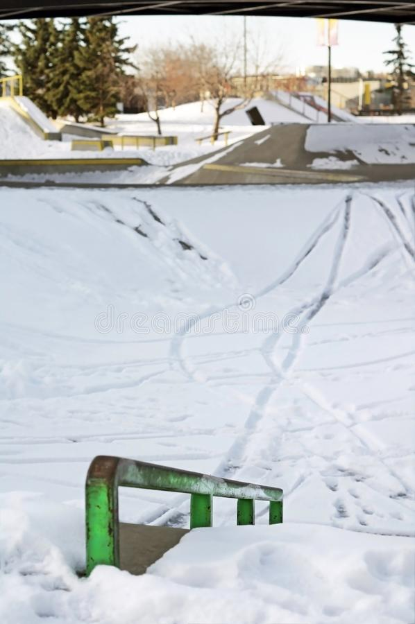 Skatepark en hiver avec la neige images stock