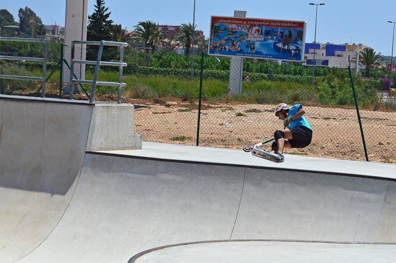 Skatepark hulajnoga wyczyn kaskaderski zdjęcie stock
