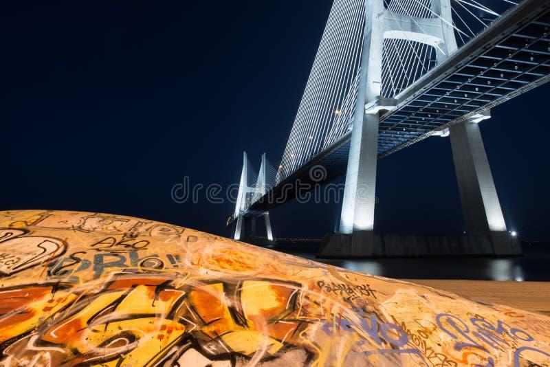 Skatepark på Vasco de Gama Bridge i Lissabon vid natt Den underjordiska skridskon parkerar på Ponte Vasco de Gama arkivfoto