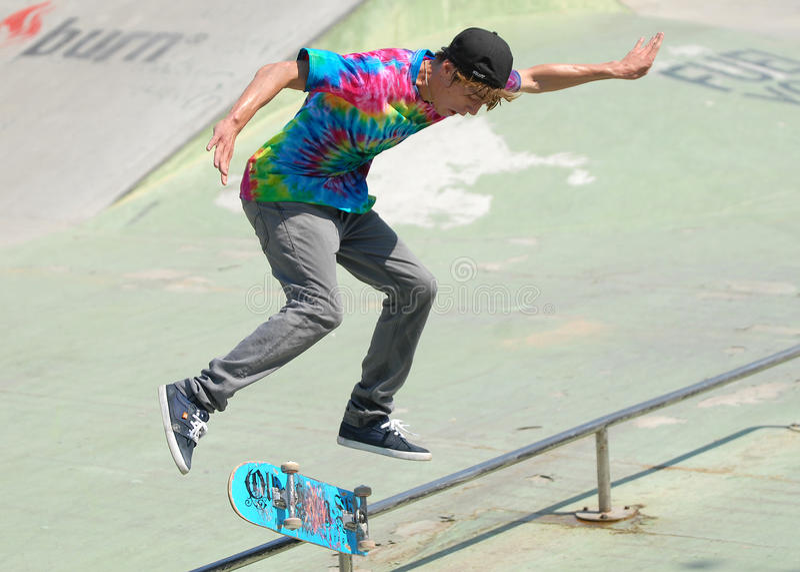 Skater durante a competição no festival urbano do verão