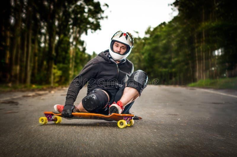 Skater em declive na ação fotos de stock