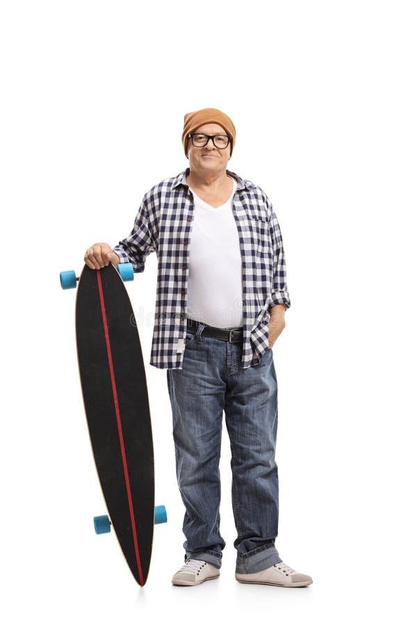 Skater idoso com um longboard fotos de stock royalty free