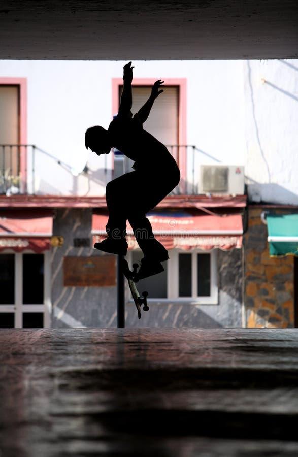 Skater masculino no metro escuro fotografia de stock