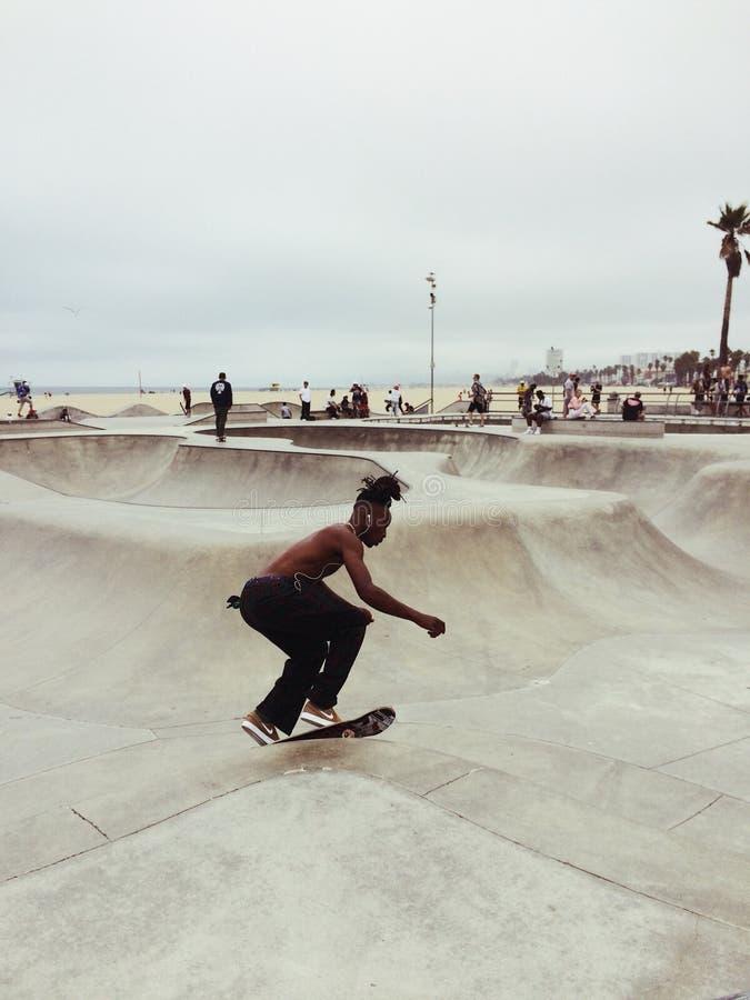 Skater na praia de Veneza, Los Angeles, EUA fotografia de stock royalty free