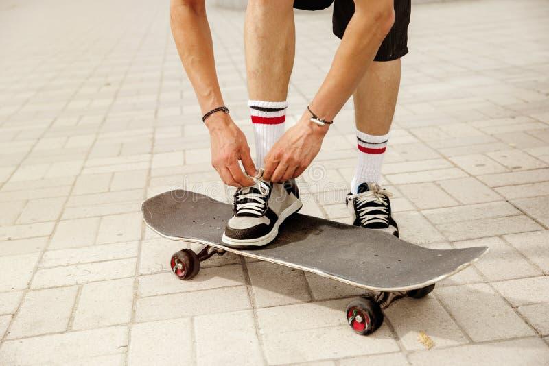 Skater na rua da cidade cloudly no dia fotografia de stock
