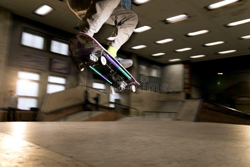 Skater no ar imagens de stock royalty free
