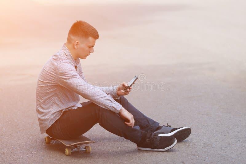 Skater novo do menino no parque fotografia de stock