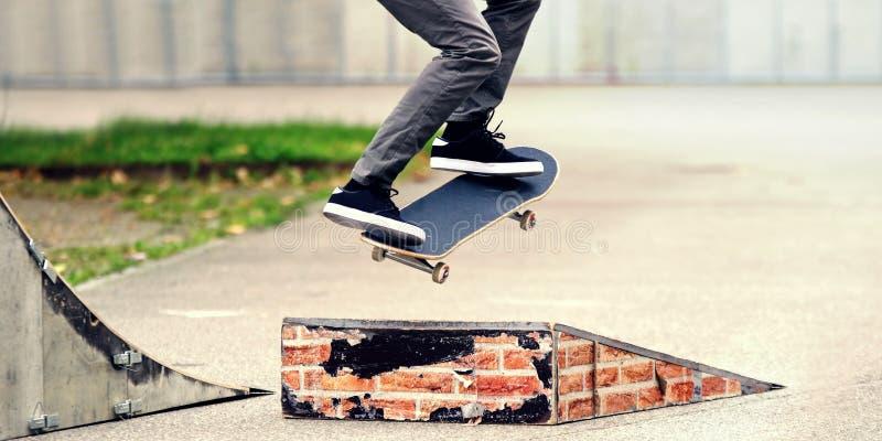 Skater novo que pratica no parque do patim imagem de stock
