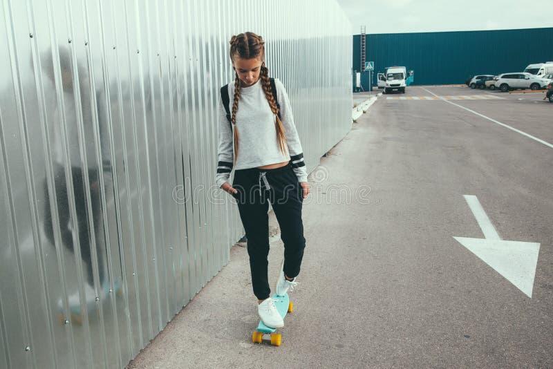 Skater pre adolescente na rua da cidade imagens de stock royalty free
