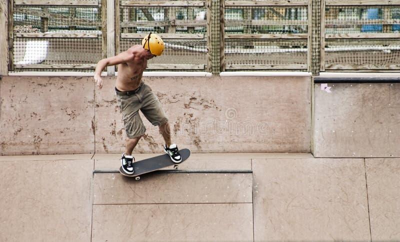 Skater que faz truques imagens de stock