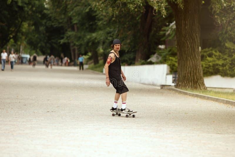 Skater que faz um truque na rua da cidade cloudly no dia fotos de stock